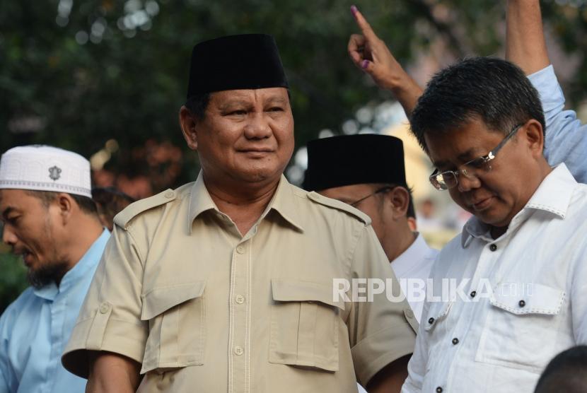 Capres nomor urut 02 Prabowo Subianto memberikan keterangan terkait pemilu 2019 di Kartenegara, Jakarta, Rabu (17/4).