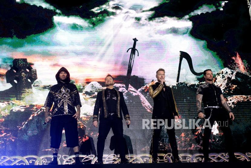 Konser Terakhir Boyzone. Grup boyband Boyzone saat tampil di Tenis Indoor Seayan, Jakarta, Ahad (24/3/2019) malam.