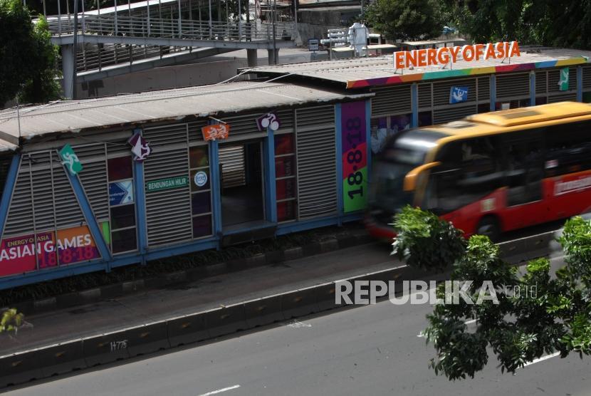 Bus Transjakarta melintas didepan Halte Transjakarta Benhil, Jakarta.