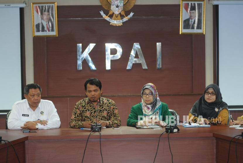 Ketua KPAI Susanto (kedua dari kiri) dan Komisioner KPAI bidang anak berhadapan dengan hukum (ABH) Putu Elvina (paling kanan)
