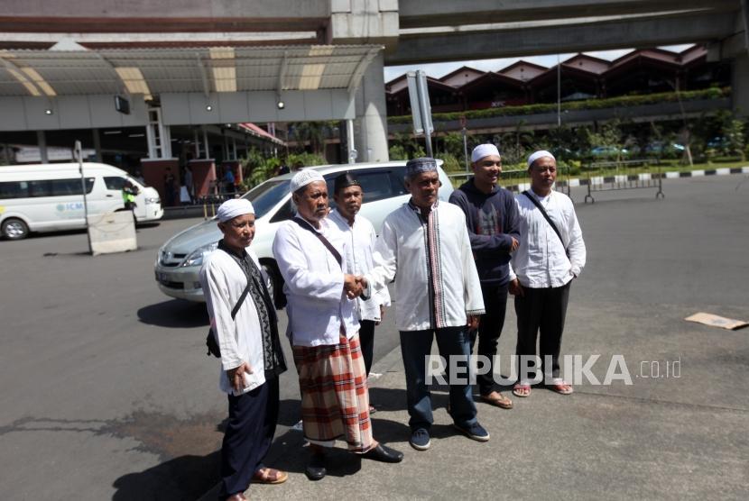 Pendukung Habib Rizieq berfoto bersama saat menunggu kedatangan Habib Rizieq di Bandara Soekarno-Hatta, Tangerang, Banten, Rabu (21/2).