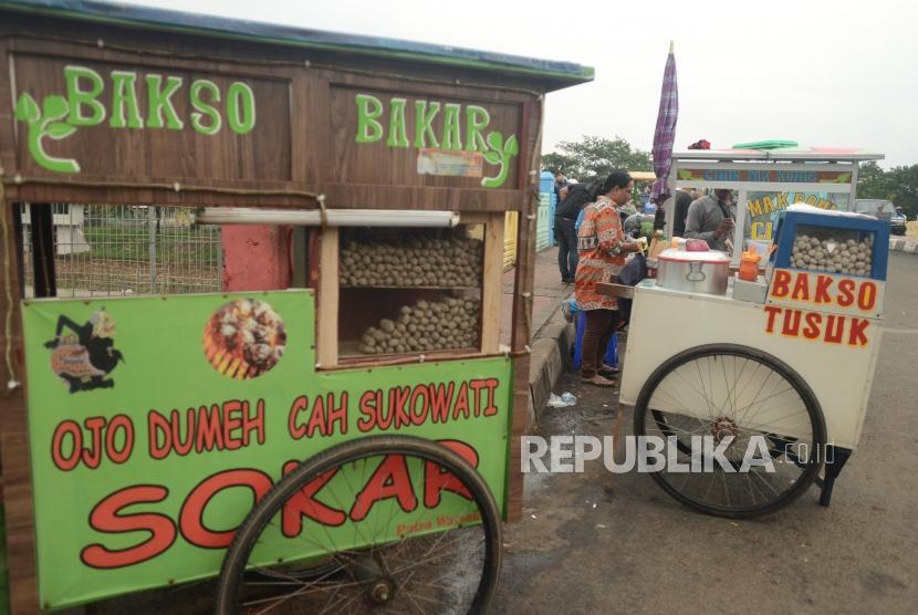 Sejumlah PKL menjual barang dagangannya di trotoar / Ilustrasi