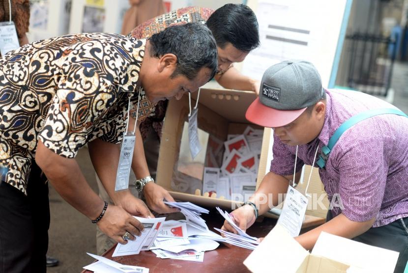 Petugas KPPS melakukan penghitungan suara pemilu 2019 (ilustrasi)
