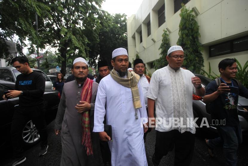 Ustaz Zulkifli Muhammad Ali (tengah) bersiap untuk menjalani pemeriksaan di Direktorat Tindak Pidana Cyber (Dittipid Cyber) Bareskrim Mabes Polri, Jakarta, Kamis (18/1).