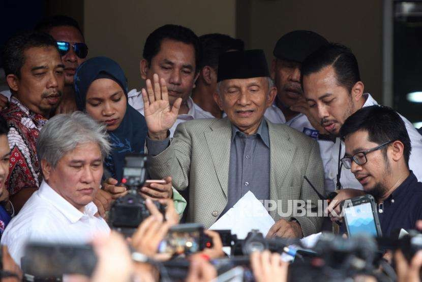 National Mandate Party (PAN) Honorary Council chairman Amien Rais accompanied by his daughter Tasniem Fauzia Rais made a statement to the reporters before being examined by police investigators, Jakarta Metro Police headquarters, Jakarta, Wednesday (Oct 10).