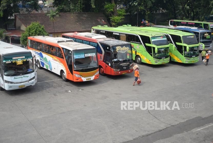Prediksi Puncak Arus Mudik. Armada bus antar kota menunggu  penumpang di Terminal Kampung Rambutan, Jakarta, Kamis (7/6).