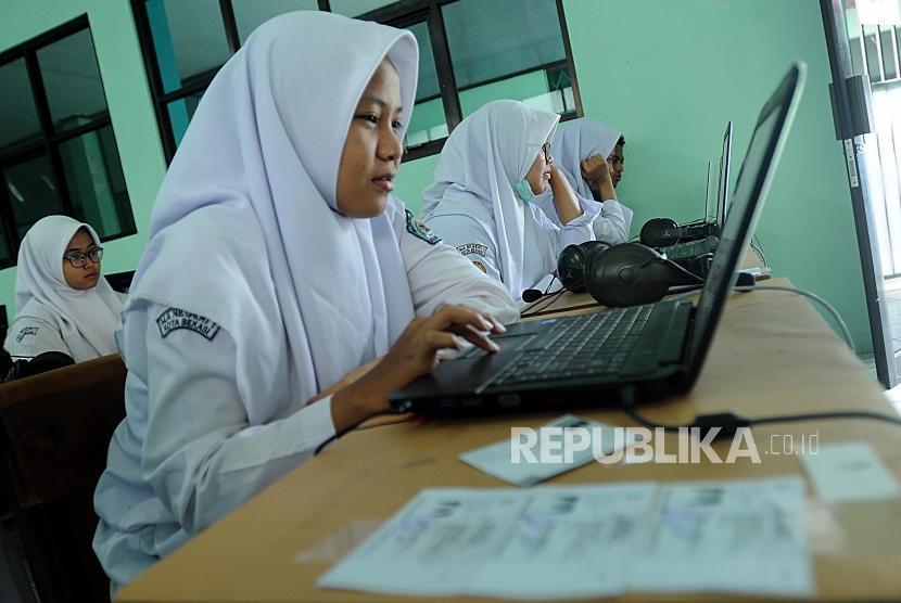 Sejumlah pelajar saat akan memulai pelaksanaan Ujian Nasional Berbasis Komputer (UNBK) di Madrasah Aliyah Negeri 1 Bekasi, Jawa Barat, Senin (9/2).