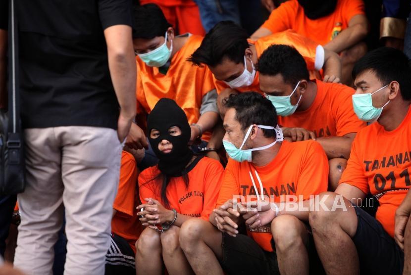 Polisi menunjukkan tersangka hasil pengungkapan Operasi Cipta Kondusif pemberantasan premanisme dan kejahatan jalanan (ilustrasi).