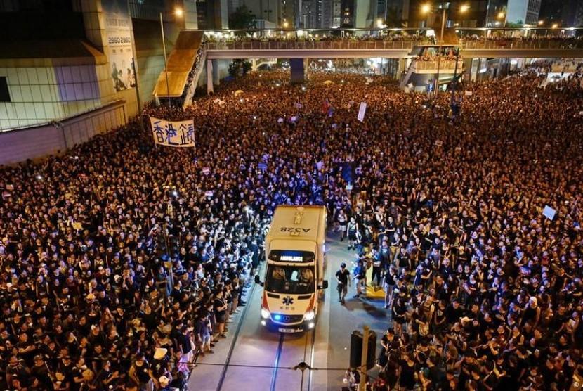 Demonstran di Hong Kong 'Terbelah' Bak Laut Merah Demi Ambulans