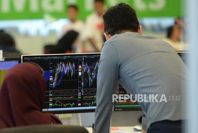 Rupiah Melemah di Akhir Pekan. Pialang mengamati pergerakan nilai tukar Rupiah di Global market PermataBank, Jakarta, Jumat (13/7).