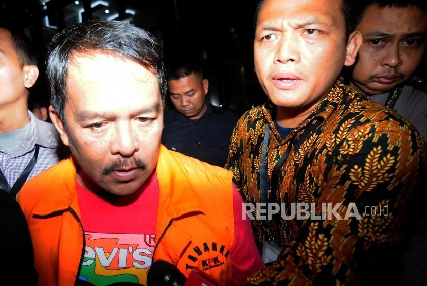 Bupati Labuhanbatu Pangonal Harahap mengenakan rompi oranye usai menjalani pemeriksaan di Gedung KPK, Jakarta, Rabu (18/7).