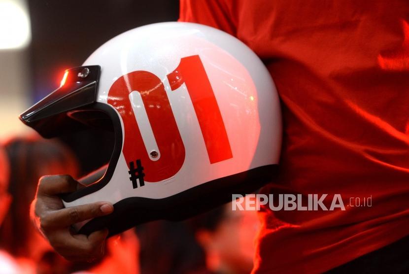 Peluncuran Cenderamata Resmi Paslon 01. Model memamerkan cenderamata resmi Paslon Capres nomer 01 Jokowi-Maruf Amin di Jakarta, Jumat (25/1/2019).