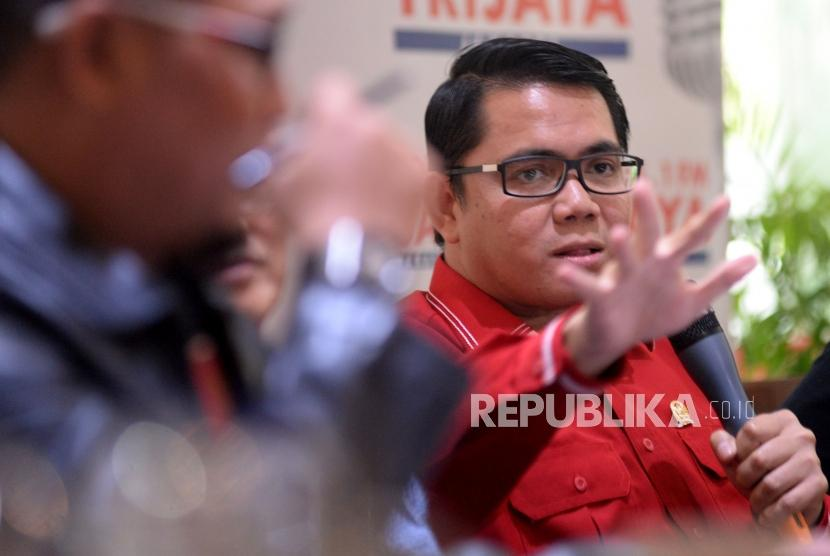 Politisi PDIP Arteria Dahlan menyampaikan pendapatnya dalam diskusi polemik di Jakarta, Sabtu (20/1).