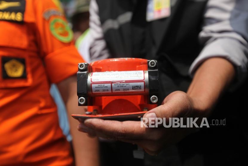 Kepala Badan SAR Nasional M Syaugi (kiri) bersama Infestigator KNKT Bambang Irawan (kanan) memperlihatkan kotak hitam (black box) Pesawat Lion JT-610 yang ditemukan di perairan Karawang saat konferensi pers di KR Baruna Jaya 1, Jawa Barat, Kamis (1/11).
