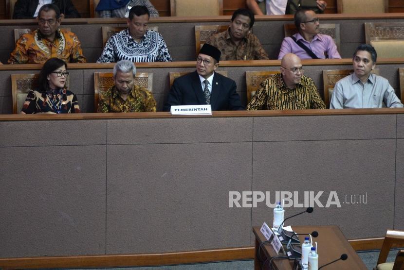 Pengesahan Revisi RUU Ibadah Haji. Menag Lukman Hakim Syaifuddin (tengah) menghadiri pengesahan revisi RUU penyelenggaraan Ibadah Haji dan Umrah saat rapat Paripurna DPR RI.