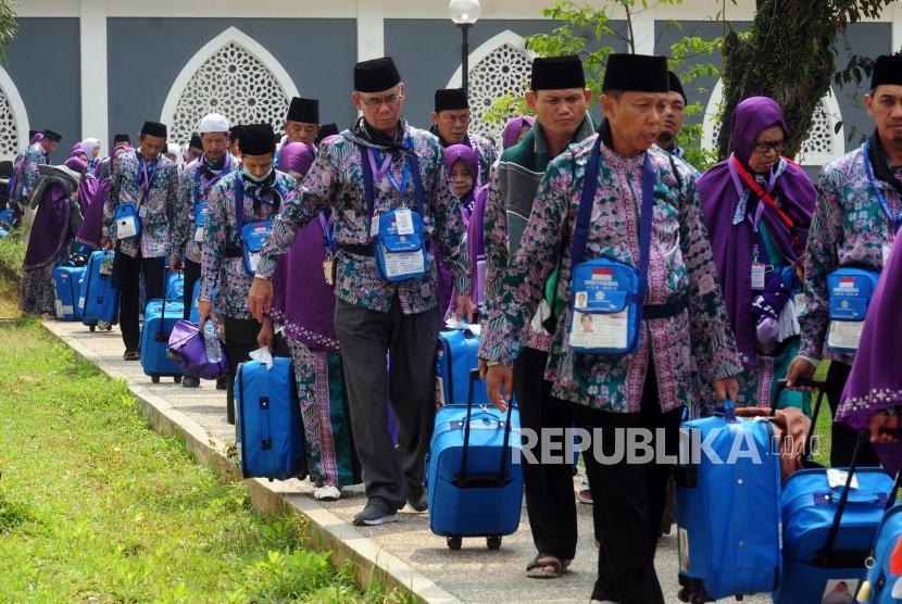 Sejumlah calon jamaah haji kloter 21 asal Banten bergegas untuk berangkat ke Bandara Soekarno Hatta di Asrama Haji Pondok Gede, Jakarta, Kamis (26/7).
