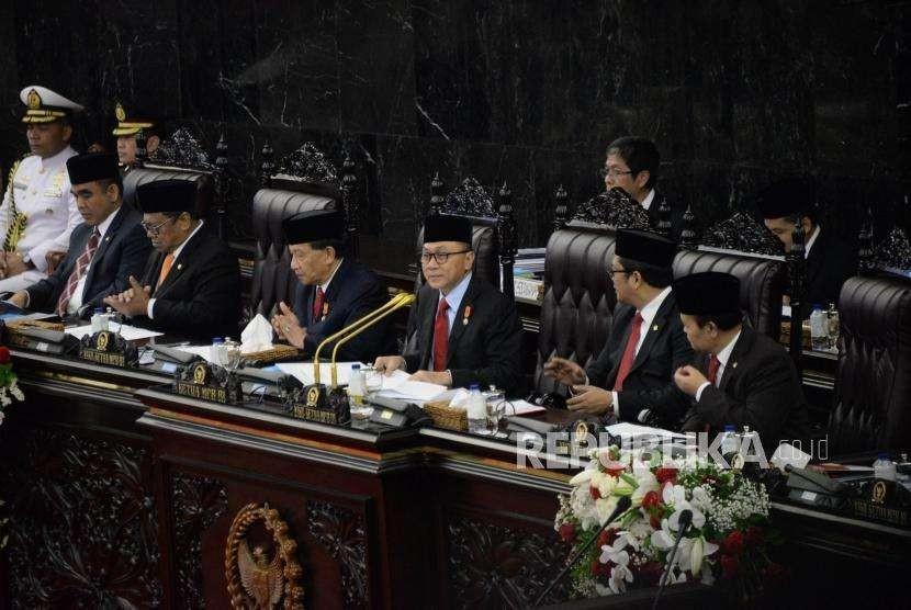 Ketua MPR Zulkifli Hasan memimpin Sidang Tahunan MPR tahun 2018 di Kompleks Parlemen, Senayan, Jakarta, Kamis (16/8).