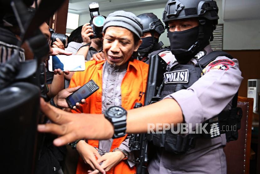 Terdakwa kasus terorisme Aman Abdurrahman usai menjalani sidang pembacaan tuntutan di Pengadilan Negeri Jakarta Selatan, Jumat (18/5).
