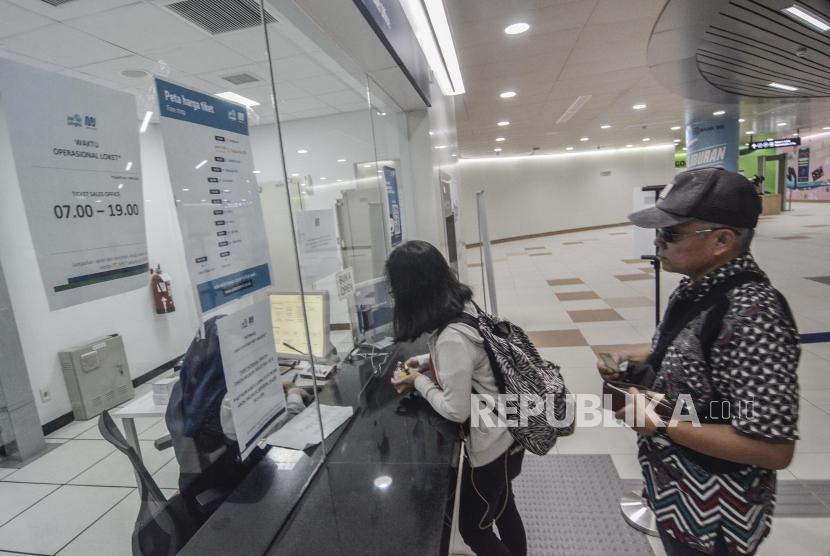 Sejumlah masyarakat membeli tiket MRT (Mass Rapid Transit)  di stasiun Dukuh atas, Jakarta Pusat, Senin (13/5).