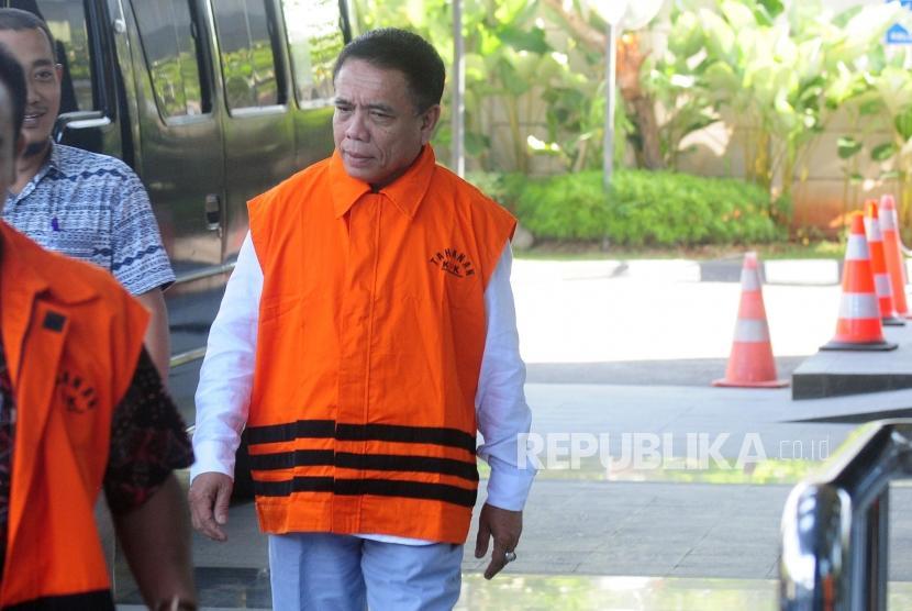 Gubernur Aceh Irwandi Yusuf saat akan menjalani pemeriksaan di Gedung KPK, Jakarta, Jumat (6/7).