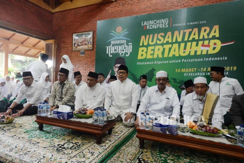 Nusantara Bertauhid. Ketua Umum PKB Muhaimin Iskandar (kedua kanan) bersama Menteri Ketenagakerjaan Hanif Dhakir (kiri)i dan Menteri Pemuda dan Olahraga Imam Nahrawi (kedua kiri) saat menghadiri peluncuran gerakan Nusantara Bertauhid di kawasan Ciganjur, Jagakarsa, Jakarta, Kamis (14/3).