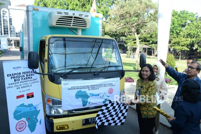 Direktur Pemasaran Bio Farma Sri Harsi Teteki bersama jajaran direksi dan perwakilan Badan Pengawas Obat dan Makanan secara simbolis melepas ekspor produk Monovalent Oral Polio Vaccine type 2 (mOPV2) ke negara Angola, di halaman kantor Bio Farma, Jalan Kota Bandung, Selasa (16/7).
