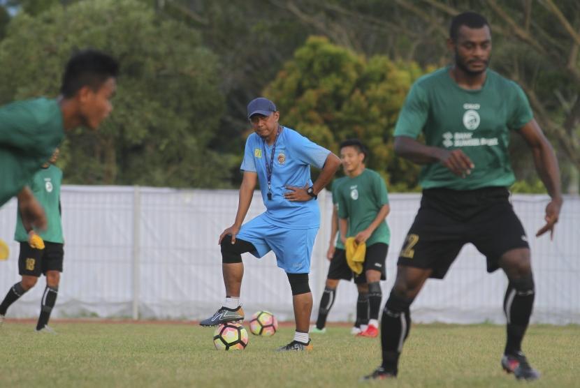 Pelatih kepala Sriwijaya FC Rahmad Darmawan (tengah) memimpin latihan Sriwijaya FC di lapangan pemanasan arena atletik, Jakabaring Sport City (JSC), Palembang, Sumatera Selatan, Kamis (14/12).