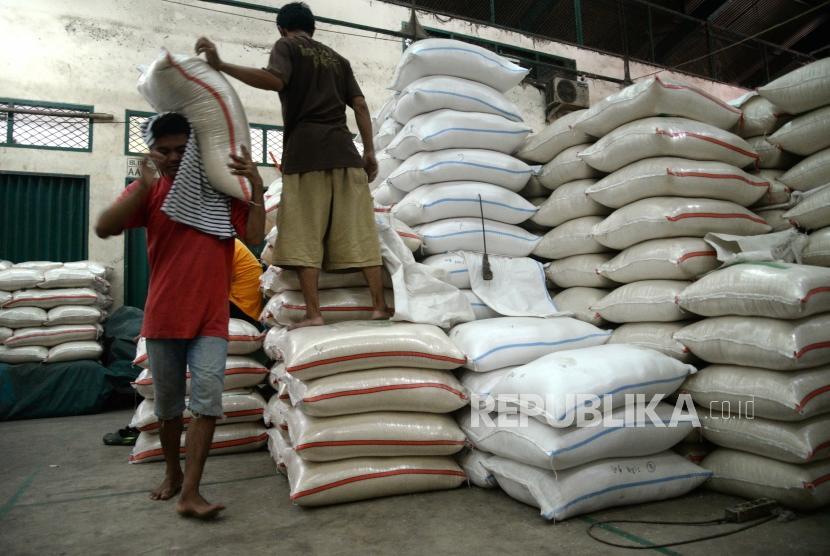 Stok Beras Nasional. Pekerja memindahkan beras di Pasar Induk Beras Cipinang, Jakarta.