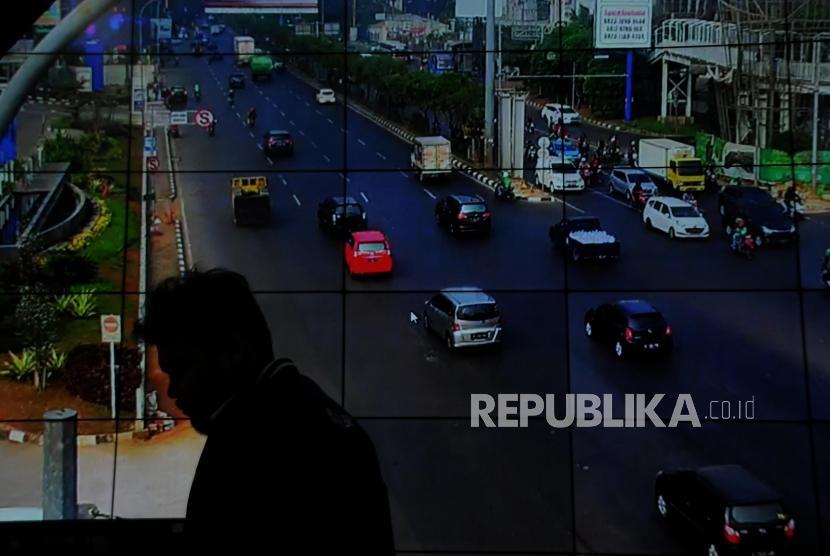 Petugas memantau arus lalu lintas kendaraan melalui CCTV (ilustrasi)