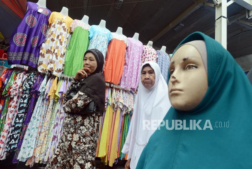 Warga saat melihat barang dagangan yang dijual oleh PKL di Jalan Jatibaru, Tanah Abang, Jakarta, Senin (3/12).