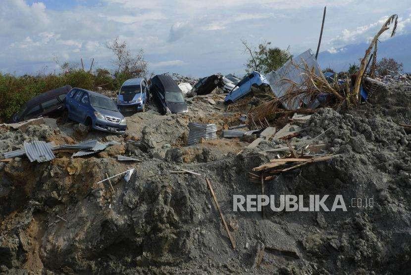 Sejumlah mobil tampak bergeletakan di wilayah Petobo, Kabupaten Sigi, Sulawesi Tengah, Kamis (11/10).