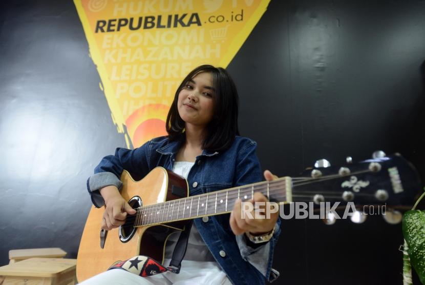 Penyanyi Shakira Jasmine berpose saat kunjungan ke Kantor Republika di Jakarta, Jumat (18/1).
