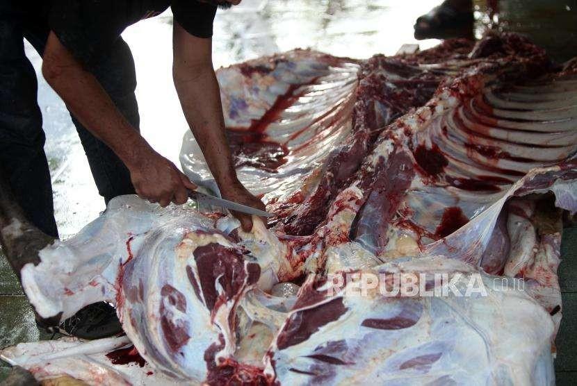 Petugas memotong daging hewan kurban di Masjid Cut Meutia, Menteng, Jakarta, Rabu (22/8).