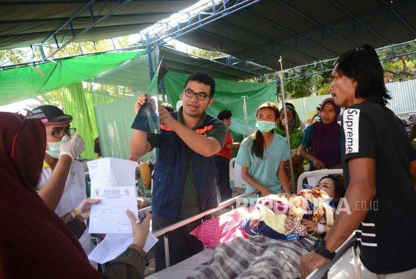 Dokter  memberikan keterangan kepada  keluarga korban terkait kondisi korban  di rumah sakit lapangan di Rumah Sakit Tanjung, Lombok Utara, Nusa Tenggara Barat, Rabu (8/8).