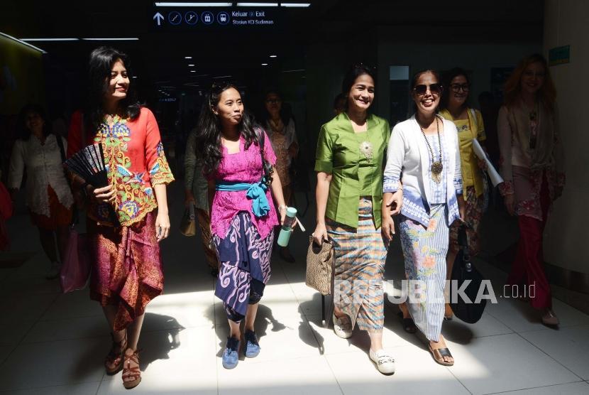 Gerakan Selasa Berkebaya. Sejumlah wanita mengenakan baju kebaya sebagai hari Gerakan Nasional kembali ke busana identitas Indonesia di Stasun Dukuh Atas, Jakarta Pusat, Selasa (25/6).
