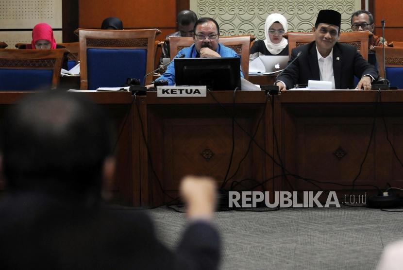 Ketua Pansus Revisi Undang-undang (RUU) Terorisme Muhammad Syafi'i (kanan) dan Wakil Ketua Pansus Supiadin Aries Saputra menghadiri Rapat Pansus RUU Terorisme di Jakarta, Rabu (23/5).