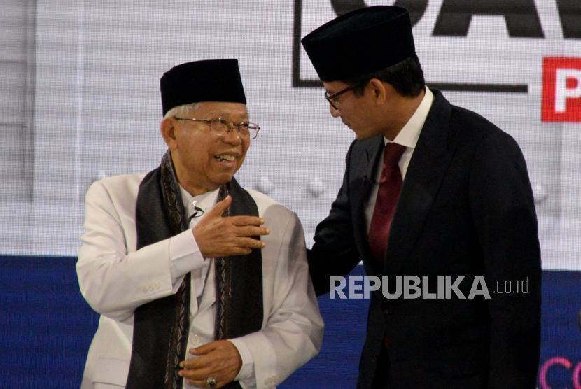 Cawapres No 01 KH Ma'ruf Amin dan Cawapres No 02 Sandiaga Uno berbincang seusai mengikuti debat cawapres Pemilu 2019 di Jakarta, Ahad (17/3).