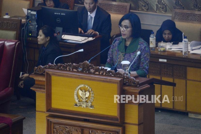 Menteri Keuangan Sri Mulyani menyampaikan tanggapan pemerintah atas pandangan fraksi-fraksi saat Rapat Paripurna DPR di Kompleks Parlemen, Senayan, Jakarta, Selasa (16/7).