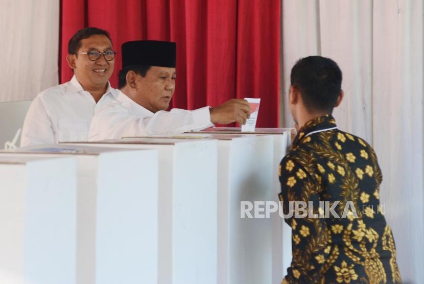 Calon Presiden Nomor Urut 02 Prabowo Subianto memasukan surat suara yang telah dicoblos di TPS 041, Desa Bojong Koneng, Bogor, Jawa Barat, Rabu (17/4).