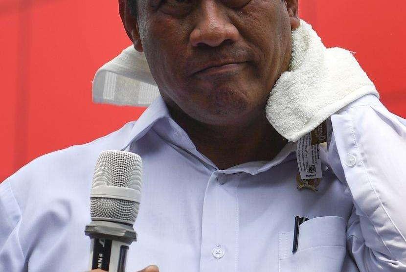 Menteri Pertanian Amran Sulaiman mengelap keringat saat memberikan keterangan pers terakait operasi pasar telur ayam ras di Toko Tani Indonesia Centre, Jakarta Selatan, Kamis (19/7).