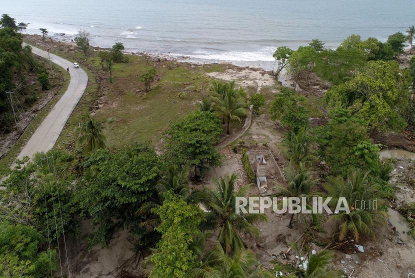 Suasana dampak kerusakan pasca bencana Tsunami di Kawasan Tanjung Lesung, Banten, Selasa (25/12).