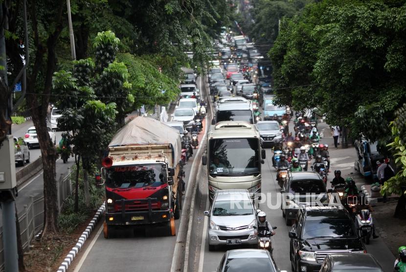 Kendaraan truk dan sepeda motor menerobos masuk jalur bus transjakarta di Kawasan Pondok Indah, Jakarta, Kamis (1/3).