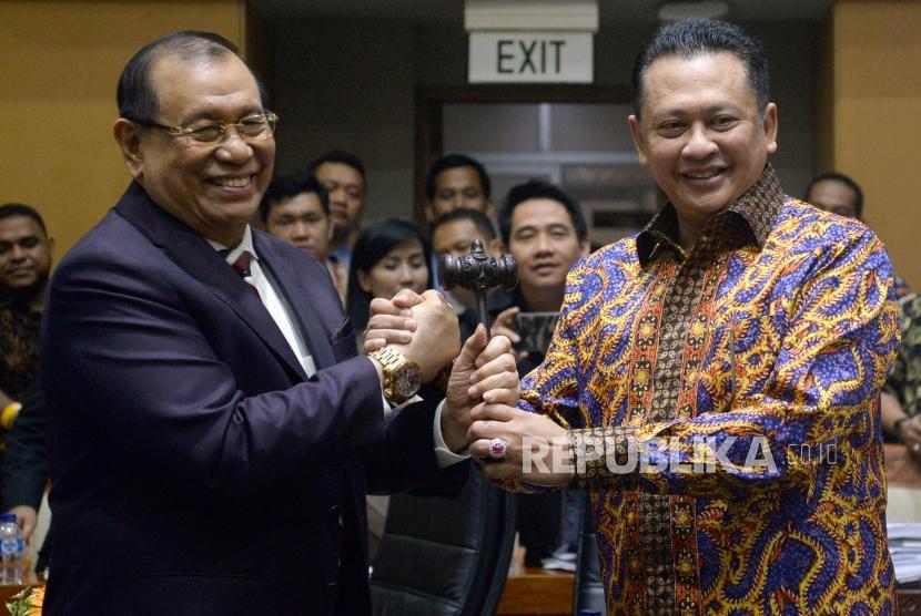 Mantan Ketua Komisi III Bambang Soesatyo (kanan) menyerahkan palu sidang kepada Ketua Komisi III DPR Kahar Muzakir saat pelantikan di Kompleks Parlemen, Senayan, Jakarta, Rabu (24/1).