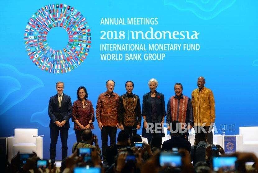 Bali Fintech Agenda. Presiden Joko WIdodo (tengah) bersama Menkeu Sri Mulyani, Presiden Grup Bank Dunia Jim Yong Kim, Direktur Pelaksana IMF Christine Lagarde, dan Gubernur Bank Indonesia Perry Warjiyo (dari kedua kiri ke aknan) berfoto bersama pada pembukaan seminar 'The Bali Fintech Agenda' rangkaian penyelenggaraan pertemuan tahunan IMF - World Bank Group 2018 di Nusa Dua, Bali, Kamis (11/10).