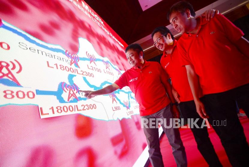 Direktur Utama Telkomsel Ririek Adriansyah (kiri), didampingi Direktur Sales Sukardi Shillalahi (tengah) dan Direktur Network Bob Apriawan (kanan), berfoto usai memberikan keterangan pers (Ilustrasi).