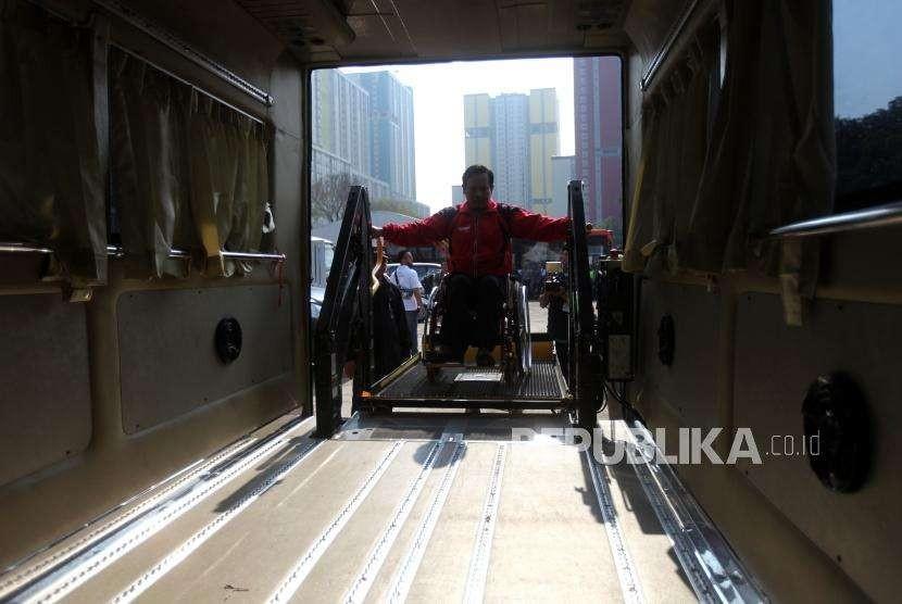 Atlet difabel menaiki kendaraan saat simulasi transportasi persiapan penyelenggraan Asian Para Games 2018 di Wisma Atlet, Kemayoran, Jakarta, Selasa (25/9).