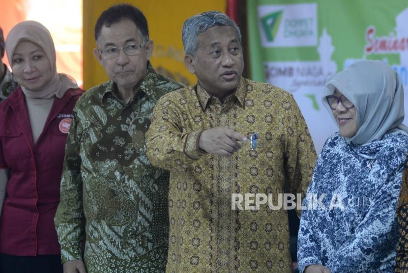 Ketua Badan Wakaf Indonesia (BWI) Mohammad Nuh (kedua kanan) bersama Rektor UI Muhammad Anis (kedua kiri) dan tamu undangan bersiap berfoto pada pembukaan acara Wakaf Goes to Campus di Kampus UI Salemba, Jakarta, Kamis (24/5).
