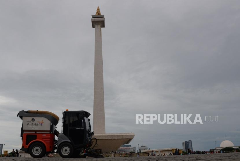 [ilustrasi] Mobil penyapu sampah jalan mebersihkan kawasan monas pada hari pertama tahun 2019, di Jakarta, Selasa (1/1).