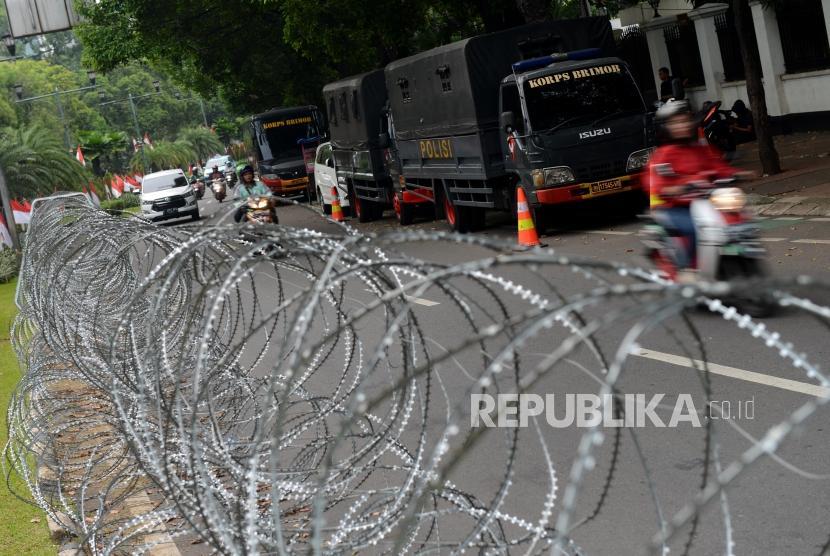 Sejumlah mobil anggota kepolisian terparkir di depan Gedung KPU, Jakarta, Ahad (19/5).