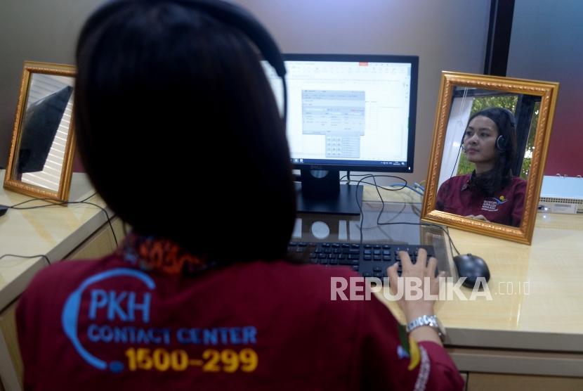 Petugas beraktivitas diruangan Program Keluarga Harapan (PKH) Contact Center usai diresmikan di Kemensos, Jumat (19/1).
